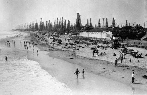 1035_Huntington_Beach_and_oil_wells
